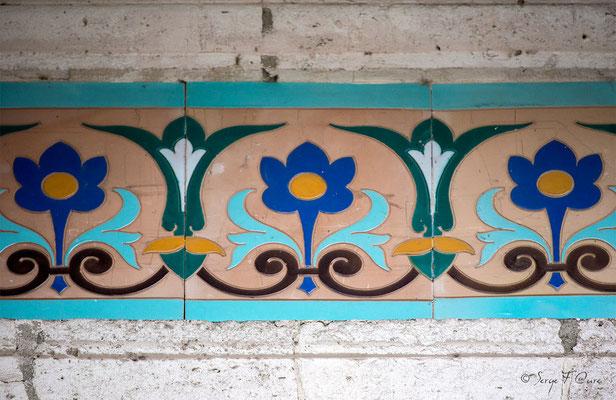 Détail des céramiques de l'entrée de la Mairie de La Bourboule - Auvergne - France