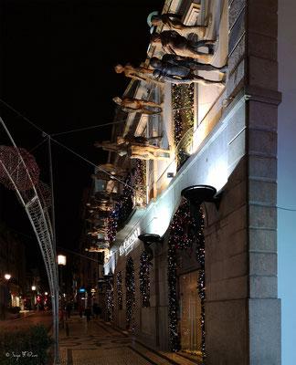 Via Catarina (grand magasin aux sculptures insolites sur sa devanture) en déambulant dans les rues de la vieille ville de Porto - Portugal