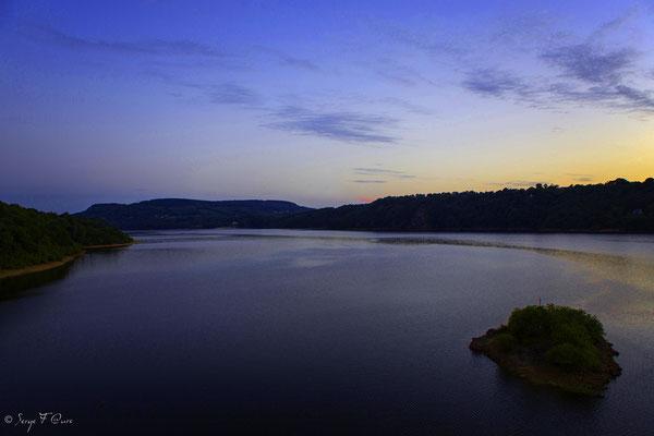 Lac de Bort-les-Orgues au crépuscule vue du chemin de ronde - Château de Val à Lanobre dans le Cantal en Auvergne - France