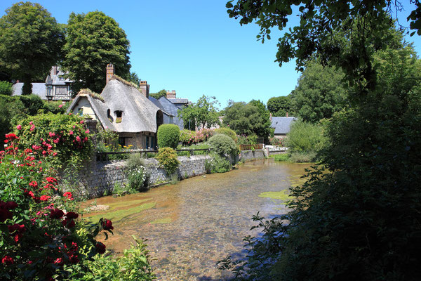 Chaumière au bord de la Veules (le plus petit fleuve de France - 1195m) à Veules les roses du Pays de Caux en Normandie - Seine Maritime - France - Juillet 2011