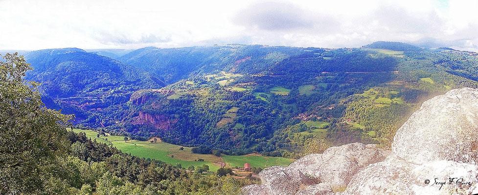 Vue dans la vallée à la chapelle de Rochegude - France - Sur le chemin de St Jacques de Compostelle (santiago de compostela) - Le Chemin du Puy ou Via Podiensis (variante par Rocamadour)
