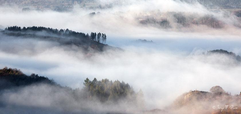 Paysage de brume sur St Sauves vu de Murat le Quaire - Auvergne - France