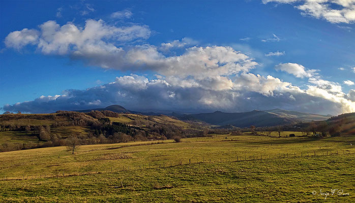 Massif du Sancy vu de Perpéza (Le Puy de Sancy au centre altitude de 1886 m) - Auvergne - France