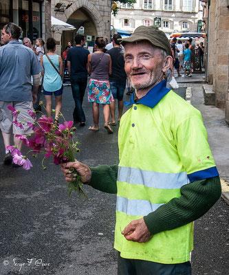 Jean-Paul sur le marché de Figeac entrain de vendre ses bouquets de fleurs des champs (sur le chemin de Compostelle - 2014)