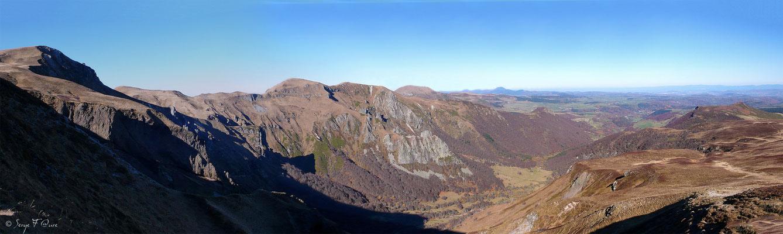 Le Puy de Dôme vu des crêtes du Massif du Sancy - Auvergne France