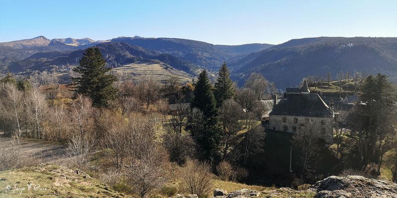 Vue de Murat le Quaire avec le Massif du Sancy en arrière plan - Auvergne - France