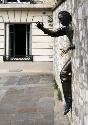"""""""Le passe muraille"""" - Montmartre - (Paris Juillet 2010)"""