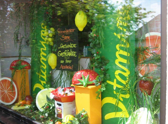 modellierte Früchte kombiniert zur farbenfrohen Schaufenstergestaltung