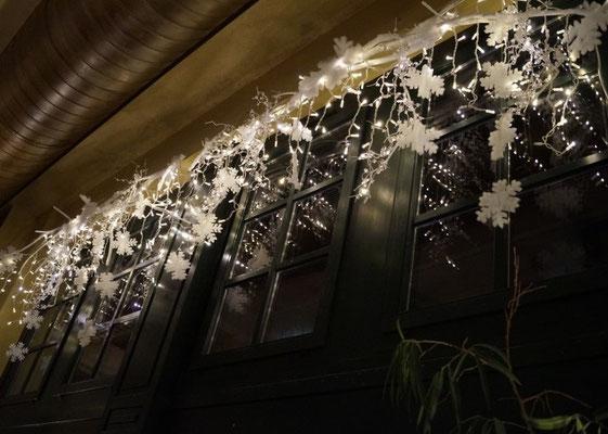 bewegtes Licht schafft im Fensterbereich Atmosphäre von Innen und Außen