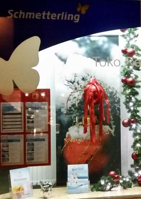 weihnachtliche Dekoration im Reisebüro