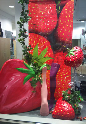 knallig bunte Erdbeerdeko macht Lust auf Sommer