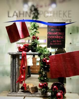 stilvolle Weihnachtsdekoration einer Apotheke