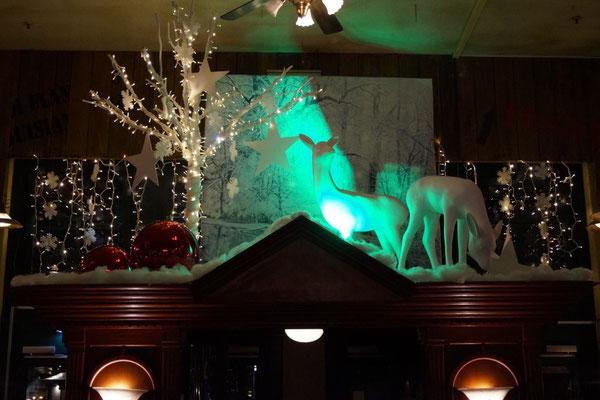 Dekorationsaufbau mit Rehen und beleuchtetem winterlichem Baum