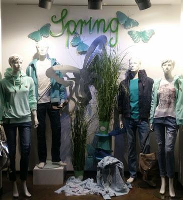 trendige Frühjahrsdekoration verbreitet Kauflust