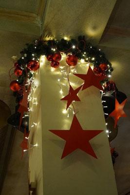 mit Licht und Sternen versehene Säulendekoration