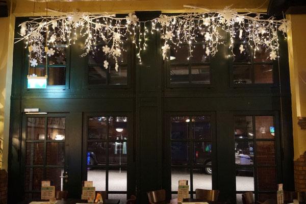 Fensterdekoration mit Licht sorgt für festliches Flair