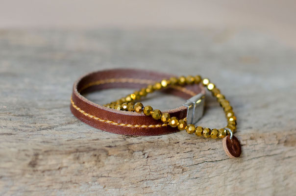 Passend zur goldenen Naht wird dieses Lederarmband z. B. mit einem goldenen Facettperlenarmband kombiniert.