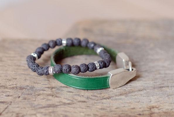 Grünes Blanklederarmband kombiniert mit einem Lavaperlenarmband mit Strassrondellen.