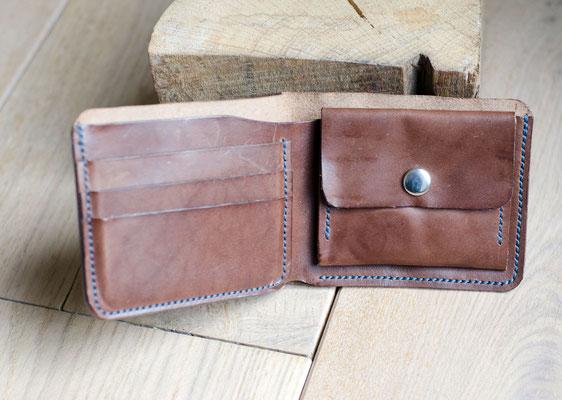 Kleines und handliches Portemonnaie aus pflanzlich gegerbtem Rindsleder eine italienischen Gerberei mit Platz für bis zu sechs Scheckkarten, einem Fach für Papiergeld und einem für Münzen. Passt in jede Hosentasche.