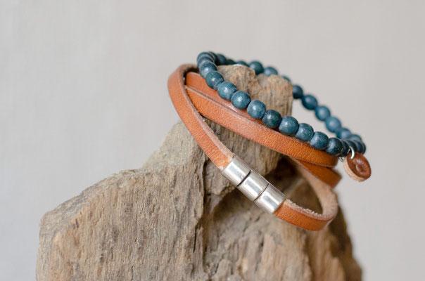 Holz meets Leder: Das cognacfarbene Geschirrleder passt superschön zu diesen blauen Vintageholzperlen ...