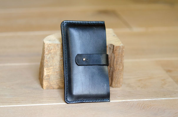 iPhone-Hülle aus schwarzem Zaumleder mit taubenblauer Naht