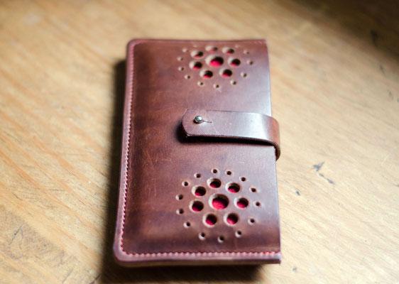 Smartphonehülle aus pflanzlich gegerbtem Rindsleder einen norddeutschen Traditionsgerberei. Das rote Inlay aus reinem Wollfilz (100 % Schurwolle) ist nicht nur ein schöner Blickfang, sondern gibt dem Smartphone noch mehr Schutz.