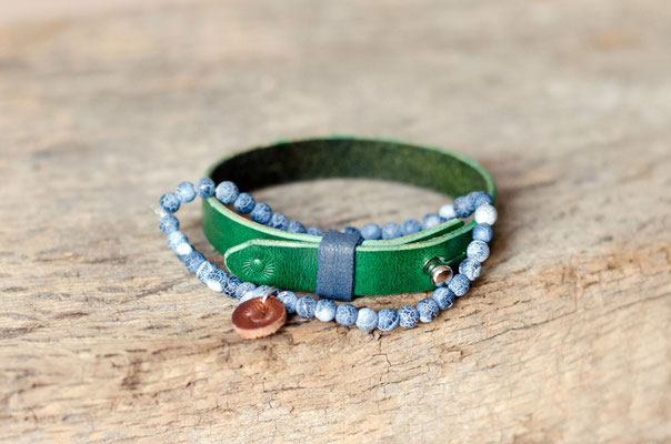 Dazu passen Perlenarmbänder in Blau- und Grautönen, wie z. B. dieses Achatarmband.