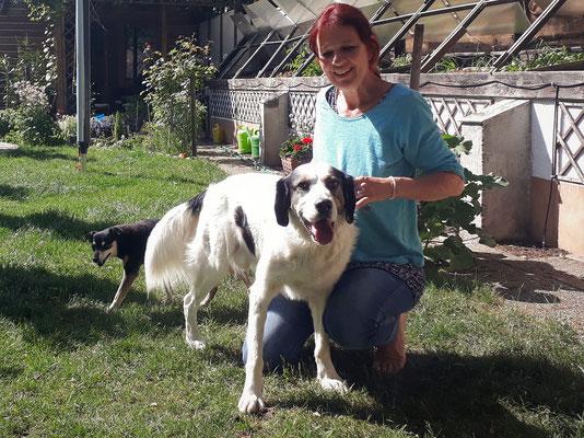 Eine Kundin mit Wenzel, einem etwas fusseligen Hund.