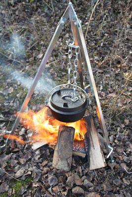 Dreibein und gusseiserner Feuertopf von Petromax