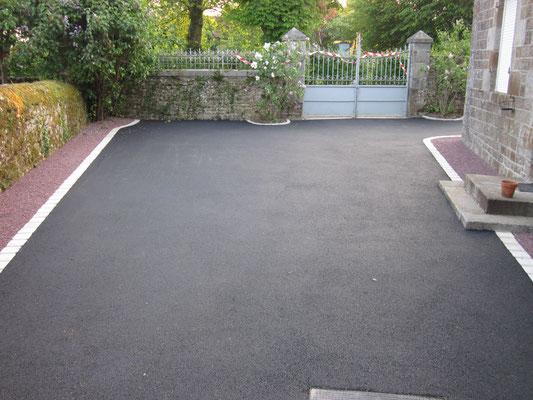 Cour en enrobé noir avec bordures P1 et pavage granit blanc - TTA