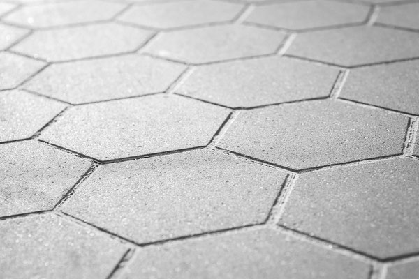 Béton imprimé motif pavage hexagonal