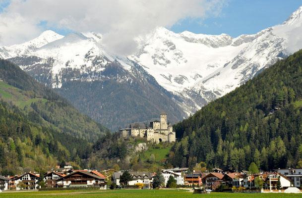 Sand in Taufers mit Schloß Taufers und die Zillertaler Alpen