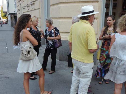 Es wurde auch vor der Galerie über die Kunst diskutiert