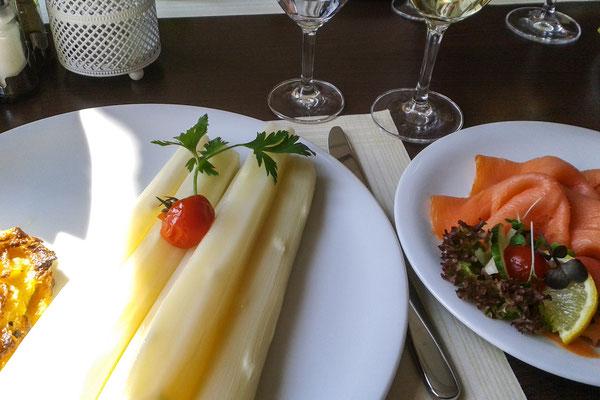 Spargel mit Kartoffelgratin und Lachs