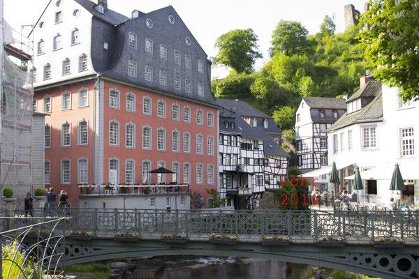Das Rote Haus in Monschau mit Rurbrücke
