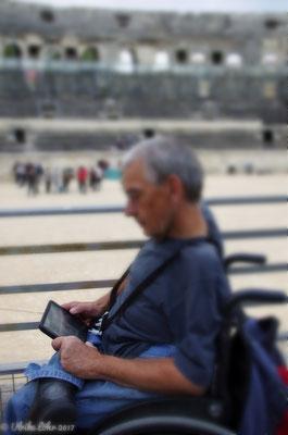 Rollstuhlfahrer erhalten auf Nachfrage einen Multimediaguide auf einem Tablet