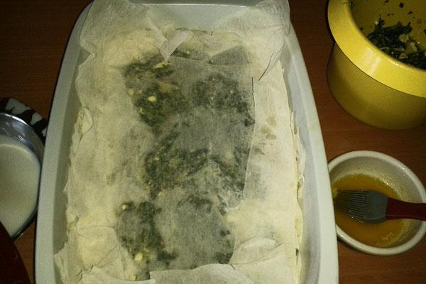 beim Schichten der Spanakopitta