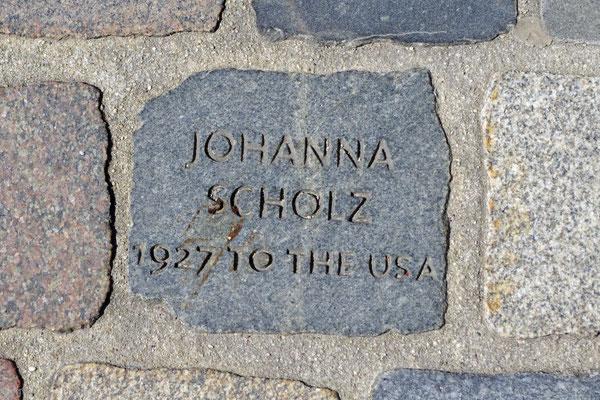 Vor dem Auswandererhaus erinnern Pflastersteine an Auswandererbiografien