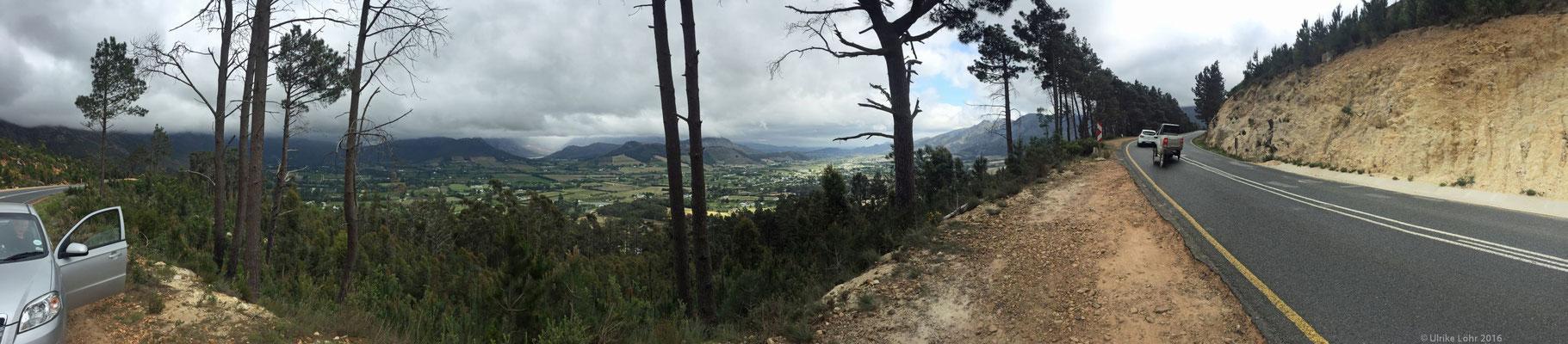 Franschhoek Valley - Panorama mit Leihwagen und Straße
