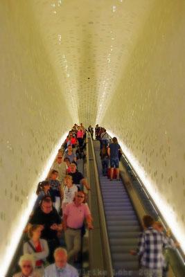 die 80 Meter lange und 26 Meter hohe Rolltreppe oder Tube der Elbphilharmonie