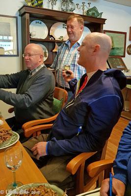 Bernd Kubiak erklärt das Krabben pulen