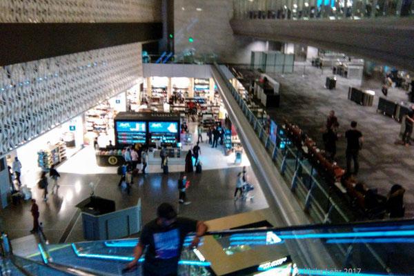 Rolltreppe von der Al Mourjan Business Lounge in den Duty Free Bereich
