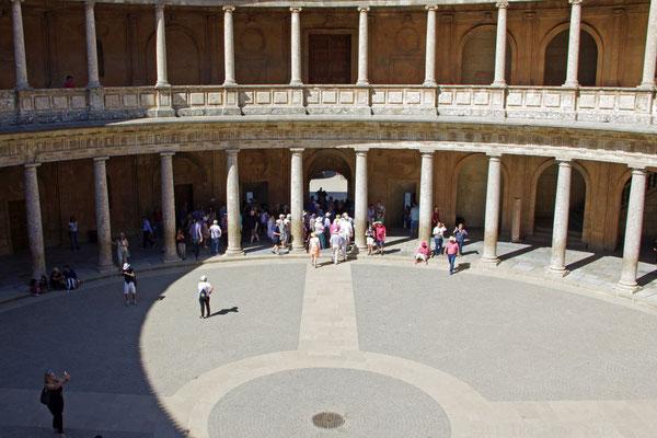 Blick in den kreisförmigen Innenhof des Palastes Karls des Fünften