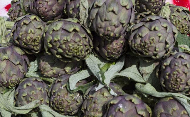 leckere und frische Artischocken beim Gemüsehändler
