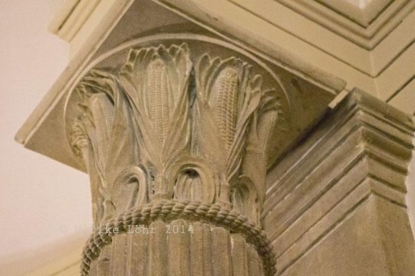 Säulenkapitell ganz amerikanisch: mit Mais (=Corn)
