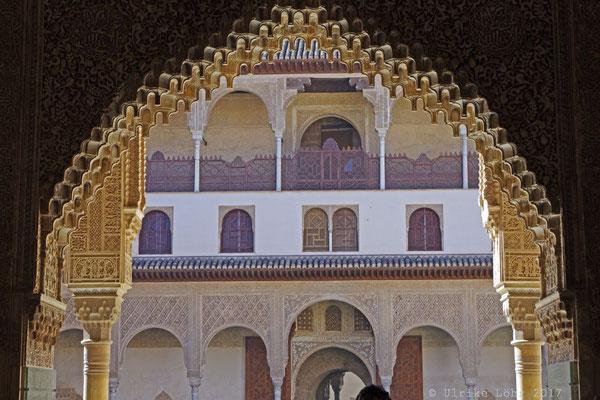 Wunderschön ist der Blick hinaus durch die Bögen der Sala de la Barca in den Myrtenhof.