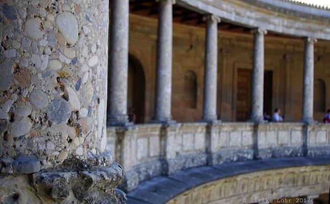 Obere Säulengalerie des kreisförmigen Innenhofes des Palastes Karls des Fünften