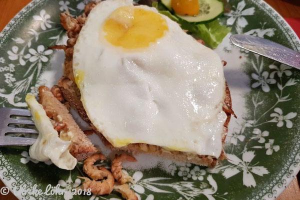 Brot, Butter, Krabben und Spiegelei