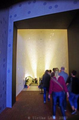 Eingang zur zweiten, kurzen Rolltreppe oder Tube der Elbphilharmonie