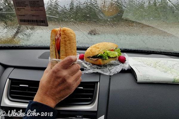 Mittagsimbiss haben wir im Auto